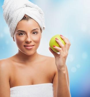 Pretty woman dopo il bagno con la mela verde
