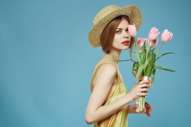 Красивая женщина и букет цветов праздничный подарок синий фон