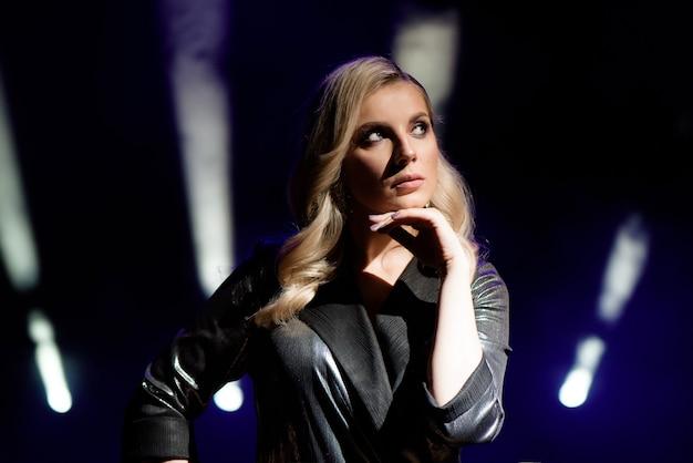 무대에서 흐릿한 스포트라이트의 배경 위에 예쁜 여자 아티스트