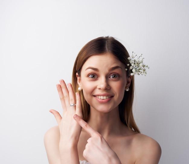 きれいな女性の魅力的な外観の花の髪の装飾