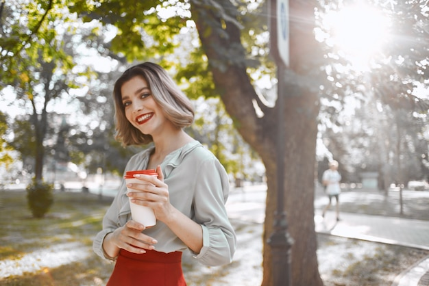 예쁜 여자 매력적인 모습 붉은 입술 공원 신선한 공기 산책