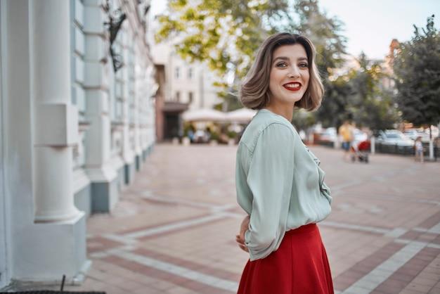 きれいな女性の魅力的な表情の赤い唇は公園の夏を歩きます。高品質の写真