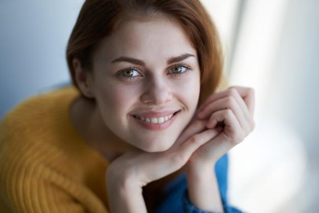 青い格子縞の夢のような外観を持つきれいな女性の魅力的な外観