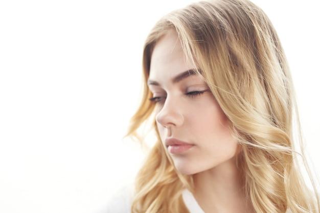Красивая женщина крупным планом прическа привлекательный вид. фото высокого качества