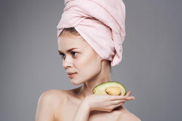 手でトリミングされたビューでエキゾチックなシャワーの後のきれいな女性の裸の肩