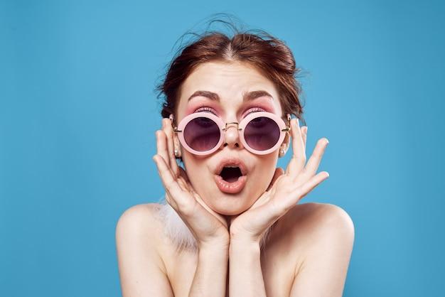 Красивая женщина обнаженные плечи, серьги, солнцезащитные очки, ювелирная студия. фото высокого качества