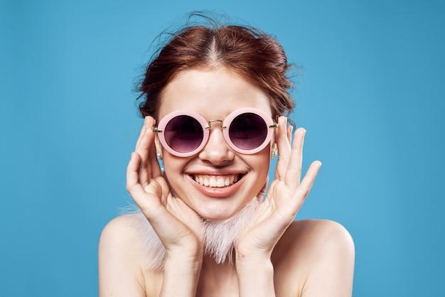 Красивая женщина обнаженные плечи, серьги, солнцезащитные очки, ювелирная студия.