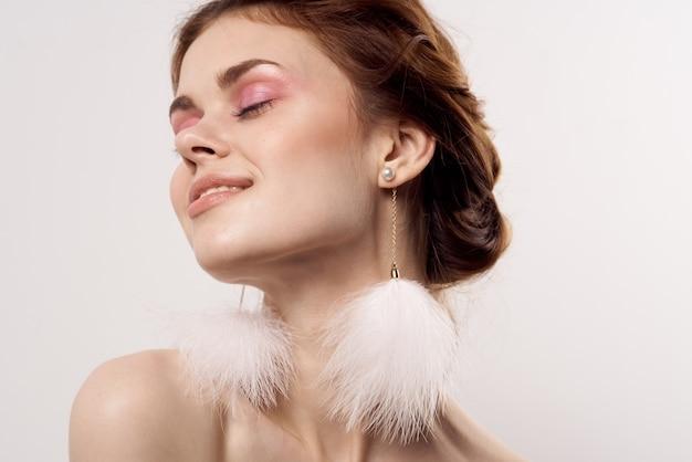 예쁜 여자 벌거 벗은 어깨 솜털 귀걸이 근접 촬영