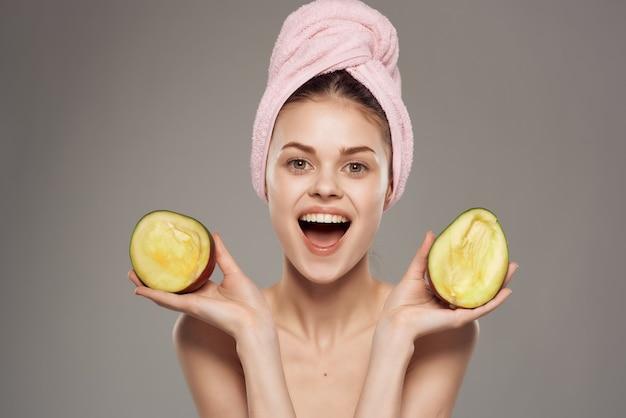 Красивая женщина голые плечи с фруктами экзотических изолированных фон