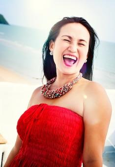 Портрет красивой женщины с пляжем