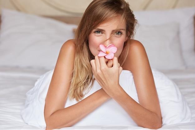 Bella donna a letto seduto sul cuscino