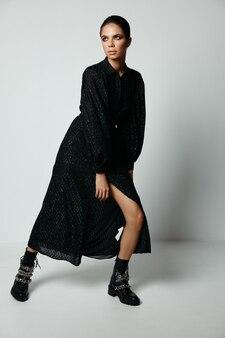 Красивая женщина в черном платье макияж гламурная студия