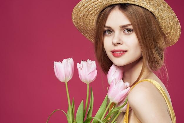 きれいな女性の花束の花の休日ギフトライフスタイルピンクの背景