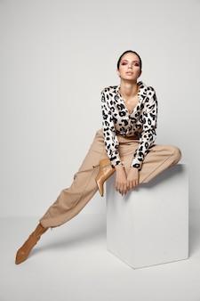 Очарование моды рубашки леопарда яркого макияжа красивой женщины.