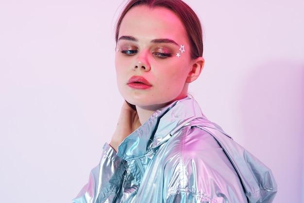 예쁜 여자 밝은 메이크업 실버 재킷 포즈 현대적인 스타일