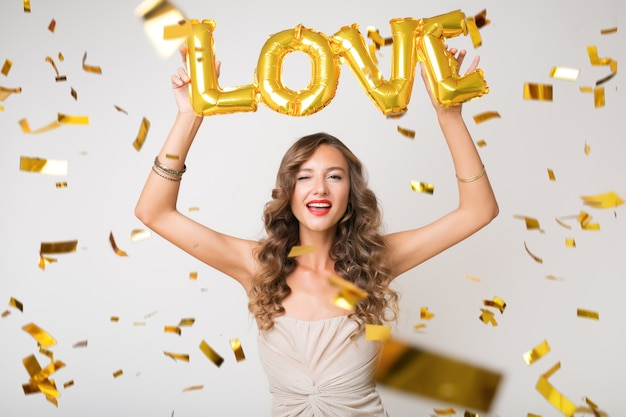 황금 색종이에 새 해를 축 하하는 예쁜 여자