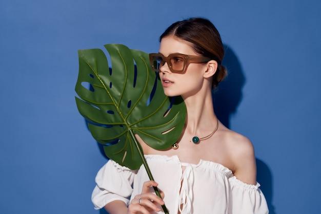 きれいな女性の魅力的な外観のエキゾチックな魅力の青い背景。高品質の写真
