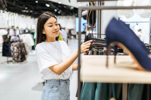 衣料品店で靴を選ぶきれいな女性
