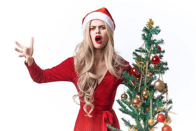 きれいな女性のクリスマス休暇の伝統の楽しいファッション
