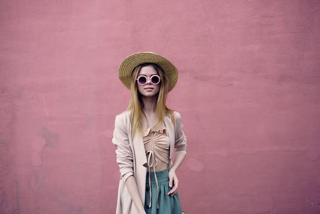 プリティウーマンシティウォーク楽しいファッション新鮮な空気ピンクの壁モデル
