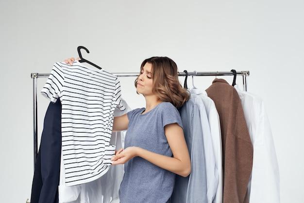 현대적인 스타일의 고립된 배경에 맞는 예쁜 여자 옷. 고품질 사진