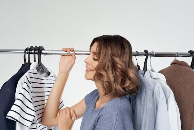 현대적인 스타일의 고립 된 배경에 맞는 예쁜 여자 옷