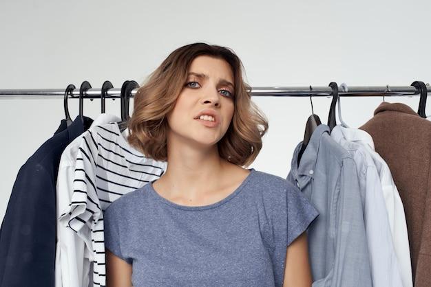 예쁜 여자 옷걸이 쇼핑 재미 있는 라이프 스타일. 고품질 사진