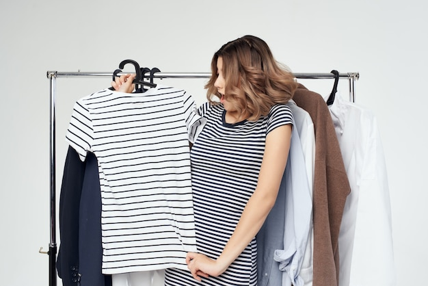 예쁜 여자 옷 걸이 쇼핑 고립 된 배경 프리미엄 사진