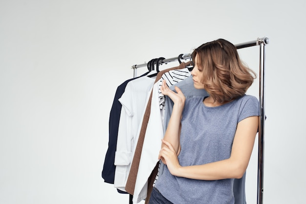 예쁜 여자 옷이 게 구매자 판매 빛 배경입니다. 고품질 사진
