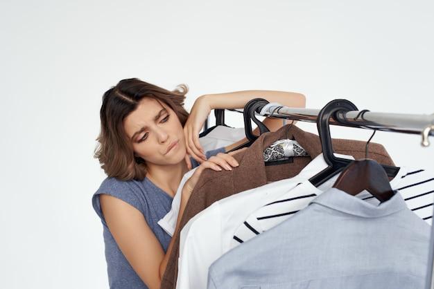 Красивая женщина магазин одежды покупатель продажа студия