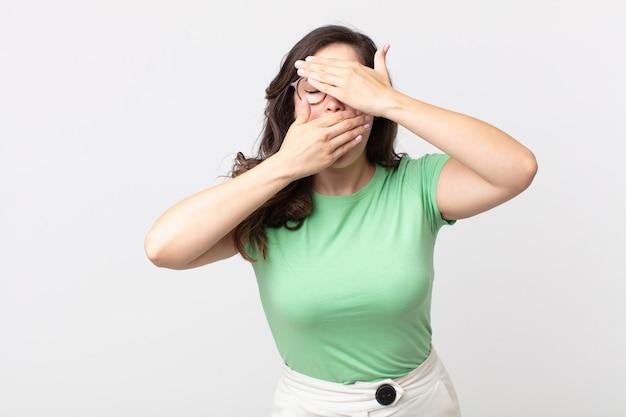 두 손으로 얼굴을 가리고 카메라를 피하는 예쁜 여자! 사진을 거부하거나 사진을 금지