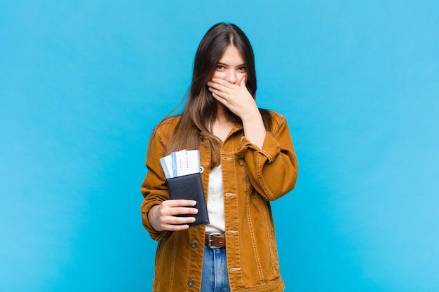 Красивая женщина закрывает рот руками с шокированным, удивленным выражением лица, хранит секрет или говорит: ой