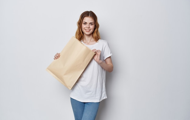 고립 된 공간 쇼핑 손에 예쁜 여자 공예 가방