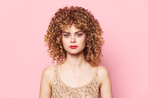 きれいな女性の巻き毛赤い唇前向きグラマーモデルピンクの背景