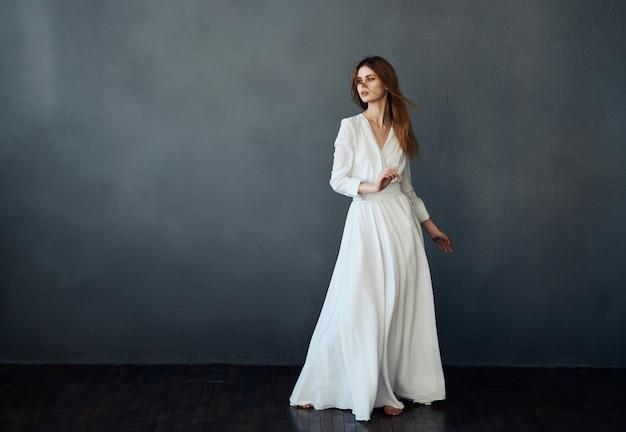 예쁜 여자 흰색 드레스 스튜디오 격리 배경 패션에서 춤