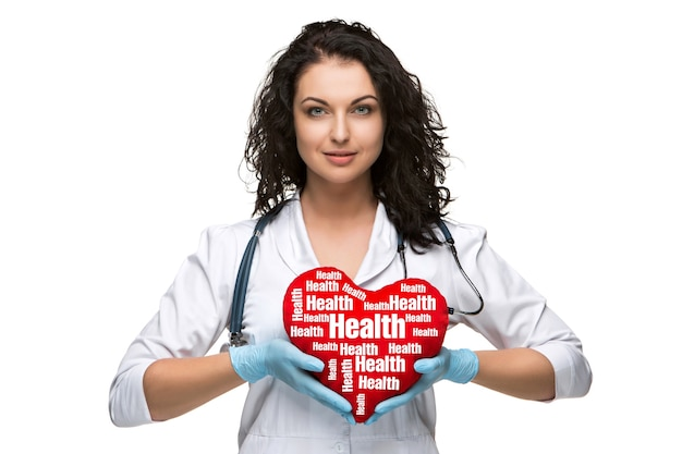 白い背景で隔離の赤いハートを持つきれいな女医師