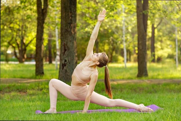 요가 연습을 하 고 예쁜 여자입니다. 스포츠에서 여자의 초상화