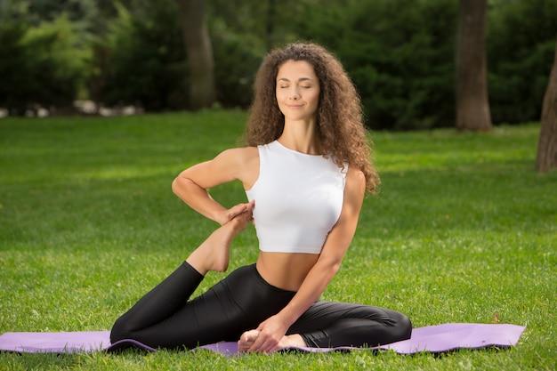 Donna graziosa che fa le esercitazioni di yoga