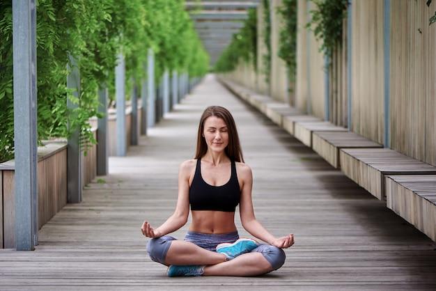 Красивая женщина делает упражнения йоги