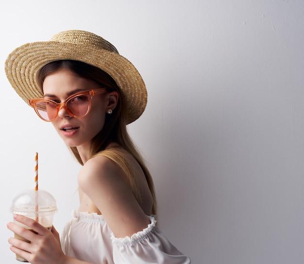 밀짚 럭셔리 스튜디오와 함께 예쁜 여자 음료