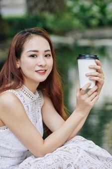 コーヒーを飲むのきれいな女性