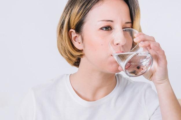 美しい女性の飲料水