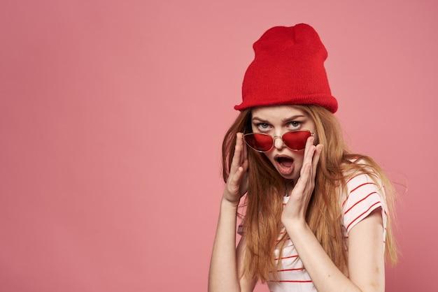 きれいな女性のエレガントなスタイルのファッション感情ピンクの背景 Premium写真