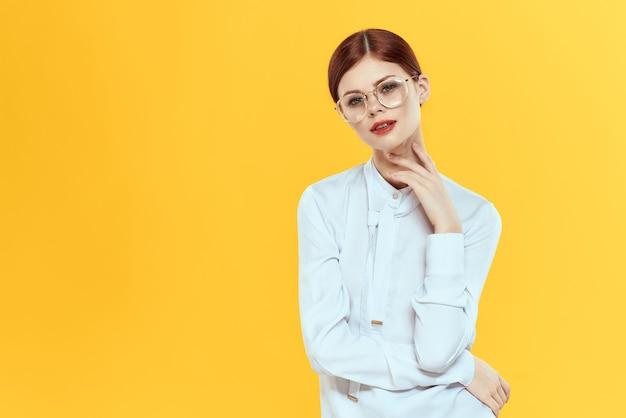 きれいな女性のエレガントなスタイルの白いシャツ
