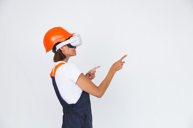 가상 현실 안경에 흰색 보호 헬멧을 구축에 예쁜 여자 엔지니어