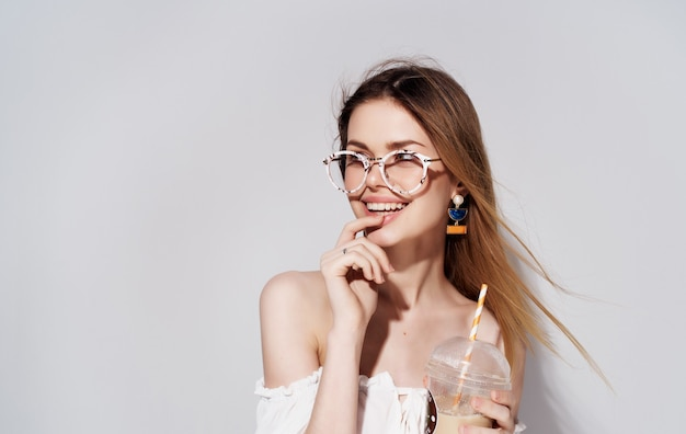 음료 스튜디오와 유리를 장식하는 예쁜 여자 패션 매력.