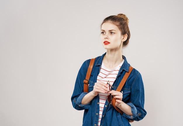 Красивая женщина модная одежда рюкзак студент обрезанный вид