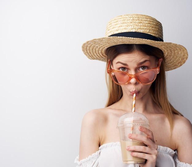 Стекло студии очков моды милой женщины с моделью напитка. фото высокого качества