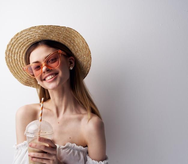 Красивая женщина модные очки студия стекло с питьевой моделью.