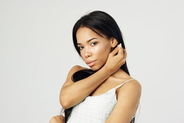 Красивая женщина мода прическа косметика лицо крупным планом